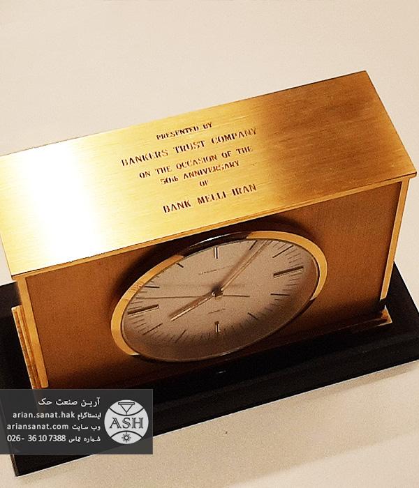 حکاکی روی ساعت رو میزی فلزی